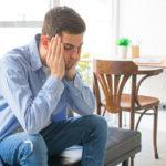 """Przewlekły stres może podstępnie zrujnować organizm, nie dając przy tym długo żadnych widocznych objawów. Każdy człowiek ma swój """"limit"""", po przekroczeniu którego pojawiają się pierwsze oznaki chorobowe. Zdarza się także, że pojawia się poważna choroba, mimo braku znaków ostrzegawczych. W wielu przypadkach ignorujemy znaki, które wysyła nasz organizm. Doskonale zdajemy sobie sprawę, że stres ma swoje zalety jak i wady. Z ostatnich badań wynika jednoznacznie, że nagromadzone codzienne stresy, szkodzą ludziom niemal tak samo jak jedno poważne traumatyczne wydarzenie. Dlaczego, mimo tak szerokiej wiedzy i informacji na ten temat, które wyskakują z każdego możliwego miejsca, wciąż zdajemy się ignorować istotę tego problemu? """"Nie paliłam papierosów, nie nadużywałam alkoholu, dobrze się odżywiałam. Panie Doktorze, dlaczego zachorowałam na raka?"""" Nie jeden raz lekarze onkolodzy mierzą się z podobnym pytaniem. Tym trudniej o odpowiedź, kiedy okazuje się, że pacjent faktycznie nie stosował używek, a wręcz dobrze dbało zdrowie. Po głębszej analizie, okazuje się często, że pacjenci żyli w chronicznym stresie. To nie musi być wielka trauma. Wręcz przeciwnie – to wiele różnych kłopotów, które towarzyszą nam w każdej chwili i zaprzątają nam głowę od świtu do zmierzchu. Jak działa stres? Stres jest reakcją naszego ciała na stawiane mu wymagania. Im trudniejsze do pokonania, tym reakcja organizmu staje się silniejsza. Krótkotrwały stres bywa korzystny dla organizmu. Powoduje wydzielanie hormonów stresu, czyli adrenaliny oraz kortyzolu, które zwiększają możliwości naszego organizmu w sytuacji zagrożenia. Dzięki temu słyszymy o nieprawdopodobnych historiach, w których ktoś podniósł samochód, czy uciekł przed watahą psów, co w przypadku normlanych warunków byłoby niemożliwe. To co jest dla nas szczególnie szkodliwe to stres długotrwały. Większość chorób spowodowana jest obniżeniem odporności. Nie zastanawiamy się nad tym, że podwyższony poziom kortyzolu (mający miejsce w sytuacjach st"""